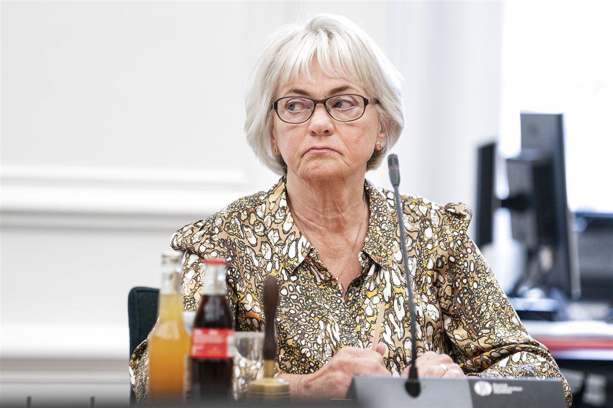 Pia Kjærsgaard ser trist ud med pagehår og briller til et møde.