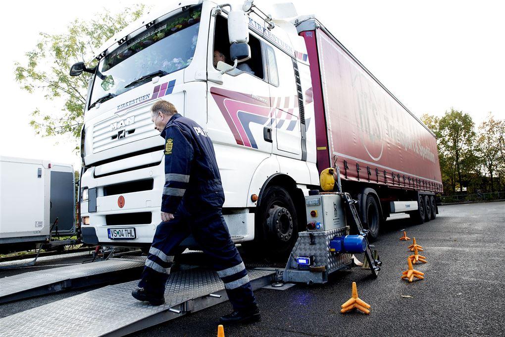 Lastbil kontrolleres af politiet