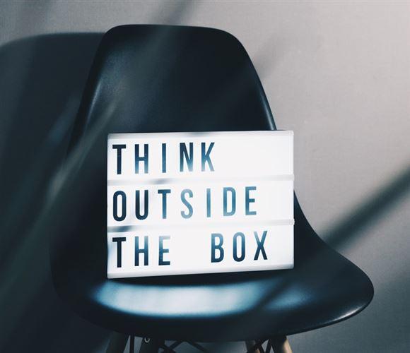 """skilt med teksten """"think outside the box"""""""