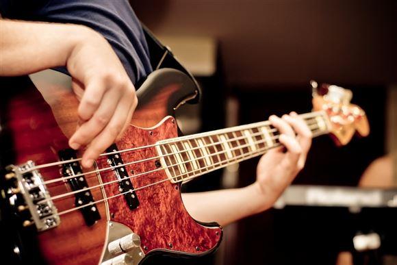 person spiller på guitar