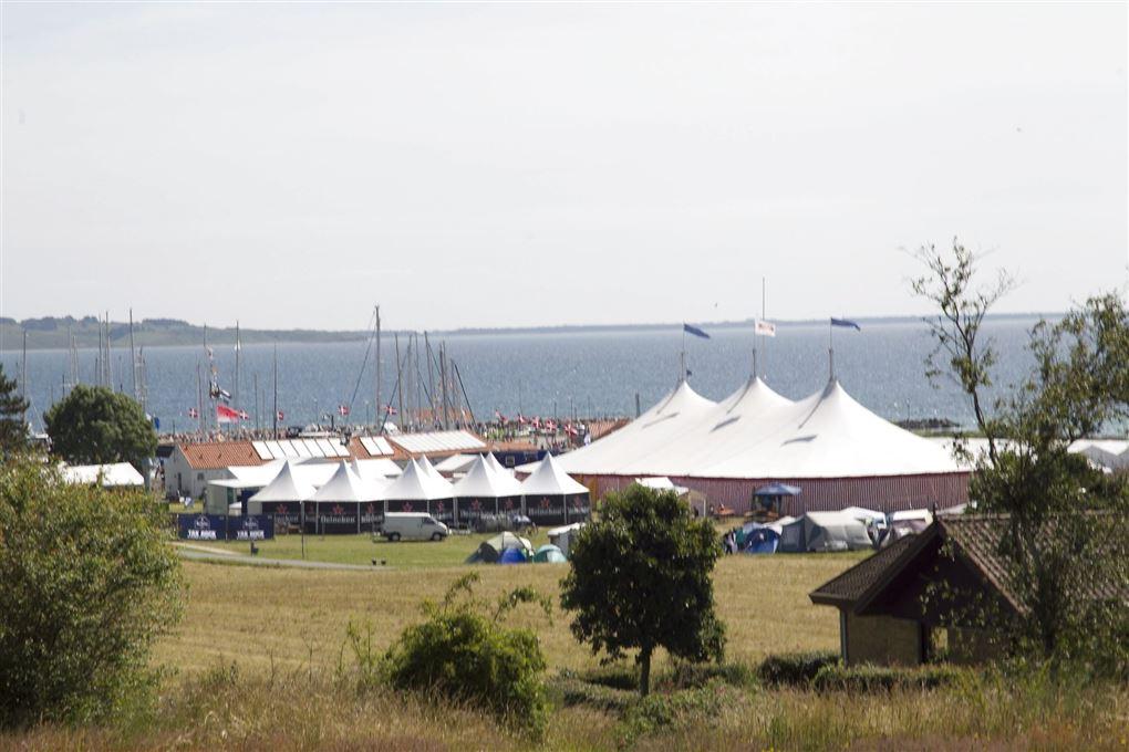 telte på festivalplads med vand i baggrunden