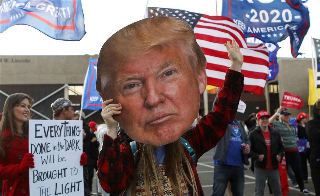 en trump-tilhænger med kæmpe billede af donald trump