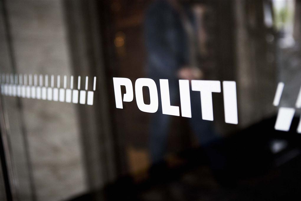 glasdør med politi skrevet på