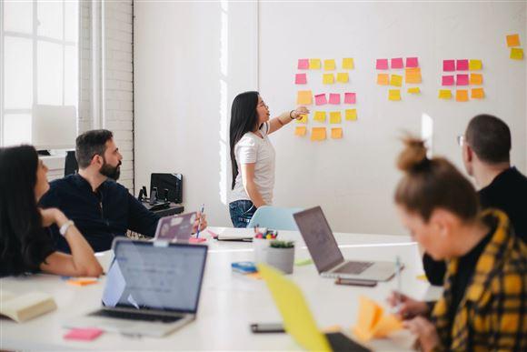 Kvinde bruger whiteboard under møde