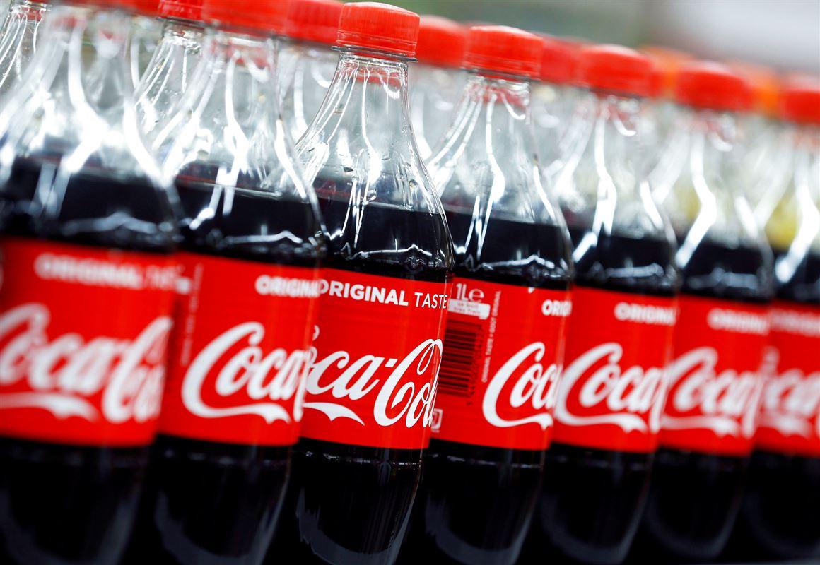 Mange flasker coca-cola med den ikoniske røde etikette med hvide bogstaver.