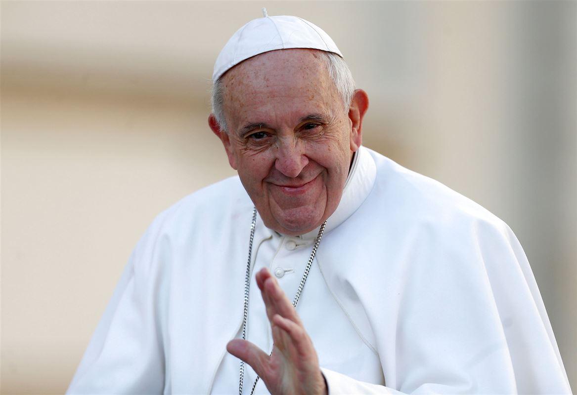 Pave Frans giver velsignelse.