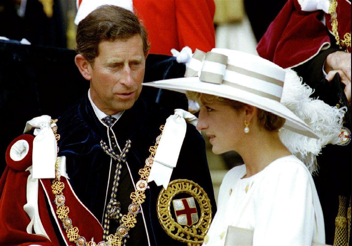 Prins Charles og prinsesse Diana der ser meget fjendske ud.