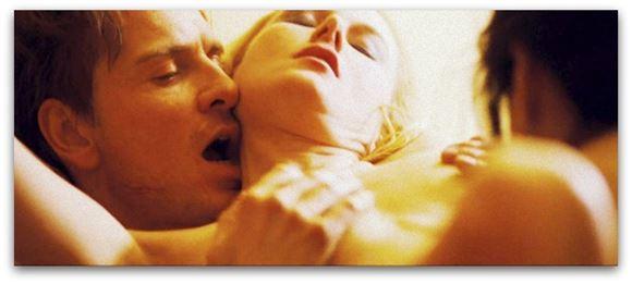 Mand holder på kvindes bryster