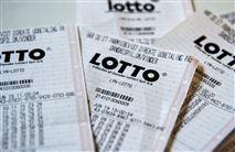 En bunke lotto-kuponer på et bord