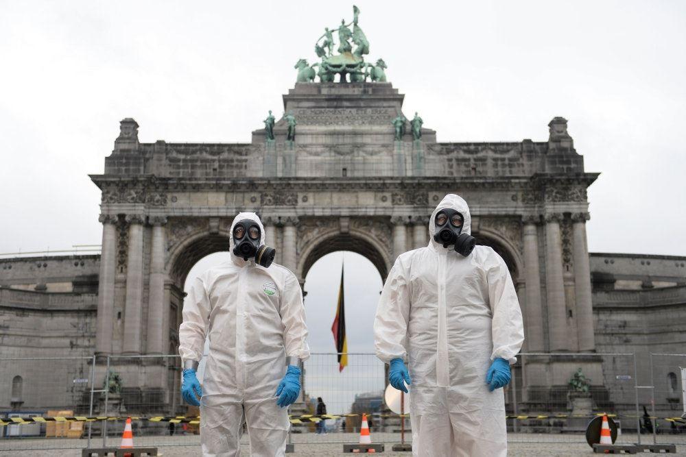 To mænd i heldragter foran monument i Bruxelles
