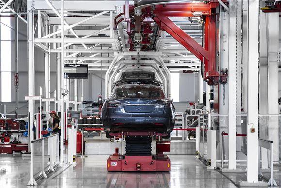 En blå Tesla på en samlefabrik