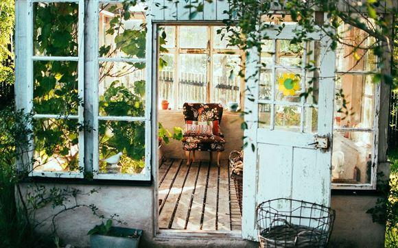 Indgang til sommerhus med masser af planter