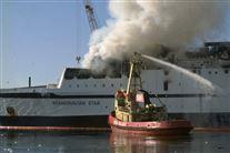 Scandinavian Star brænder mens et slukningsfartøj sprøjter vand op på det