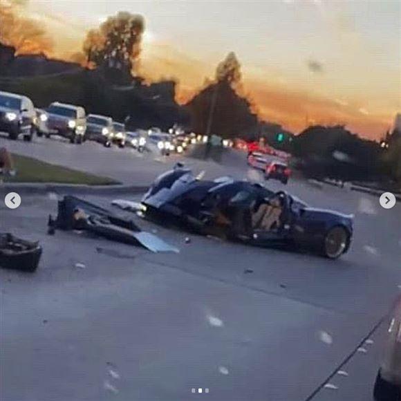 Den totalskadede bil på vejen i Texas.