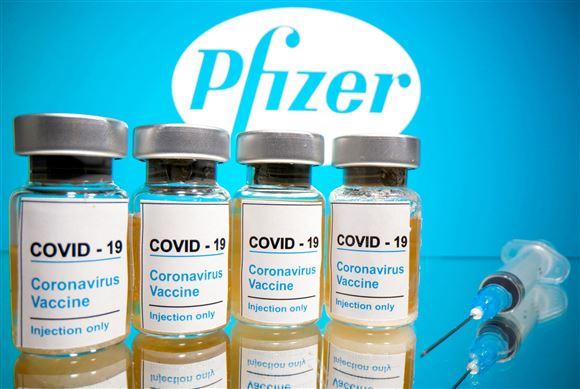 fire doser af vaccinen lignet op foran pfizer logo.