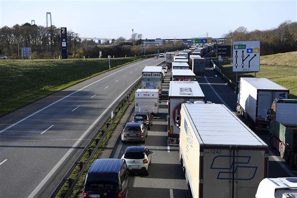 trafikkø på motorvej med Storebæltsbroen i baggrunden