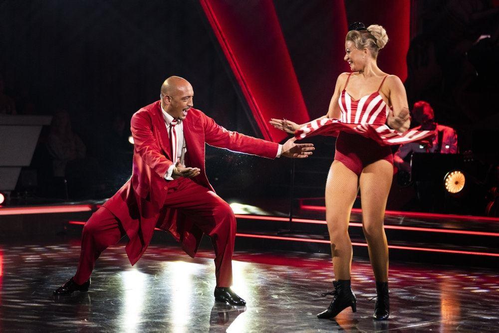 Sangeren Wafande på dansegulvet sammen med sin dansepartner Mie Moltke