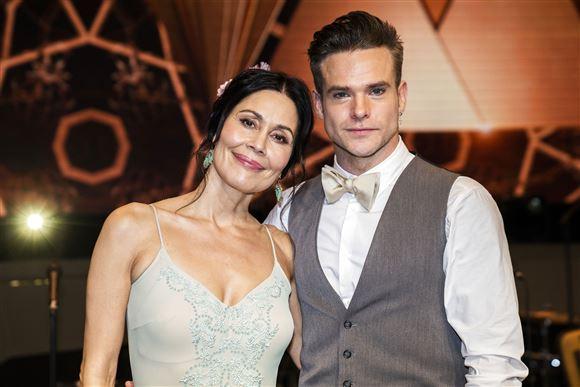Nukâka Coster Waldau smiler i selskab med sin dansepartner Silas Holst