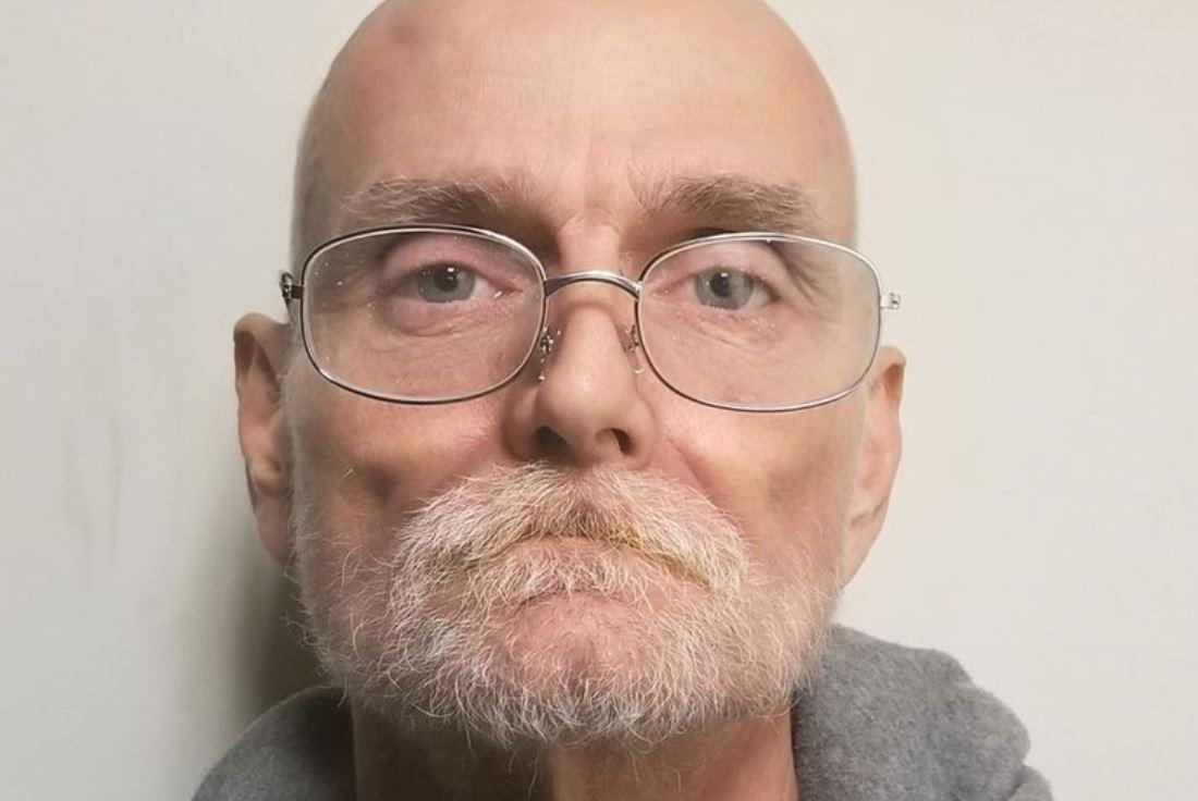 En mand med hvidt skæg og tynde briller