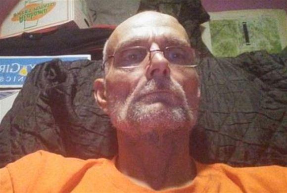 En ældre mand i orange fangedragt