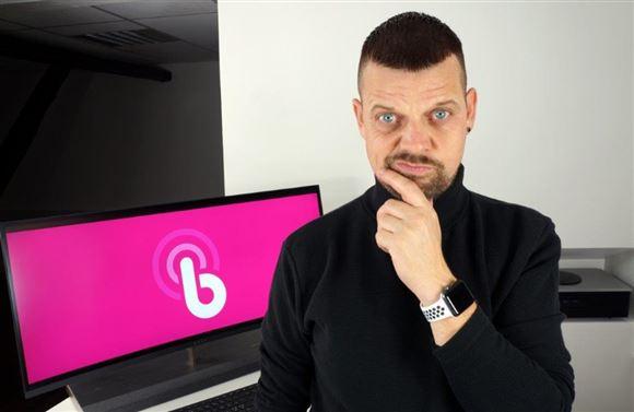 En mand ser tænksom ud foran en skærm med Bynoi-logo