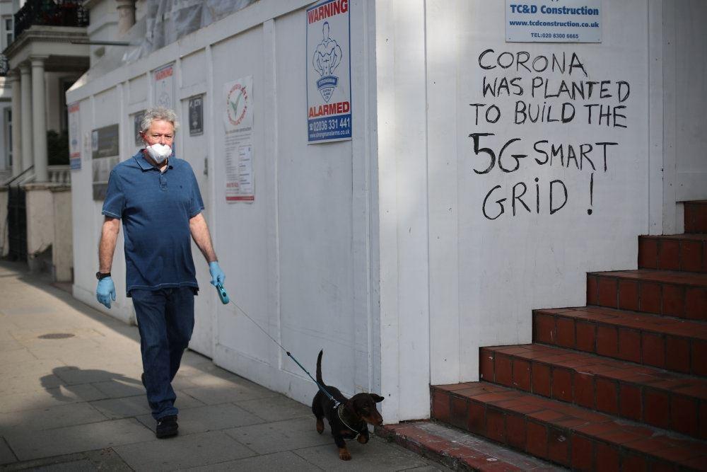 mand går tur med hund
