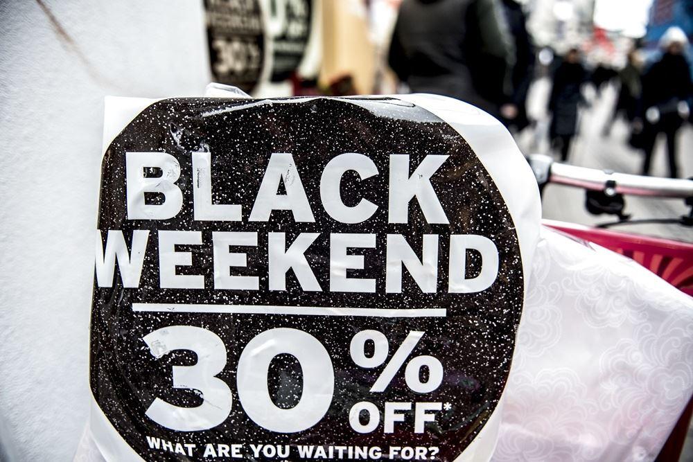 sort skilt med hvide bogstaver fortæller om 30 procent rabat