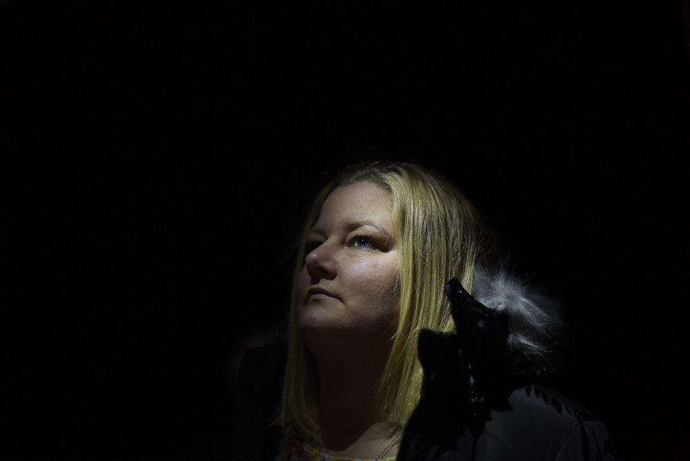 kvinde i mørke kigger op