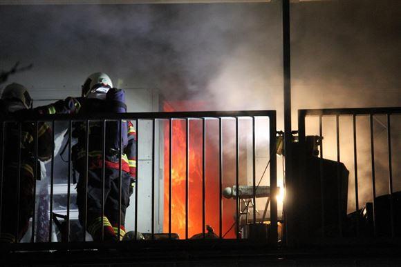 Brandmænd kæmper med en ild