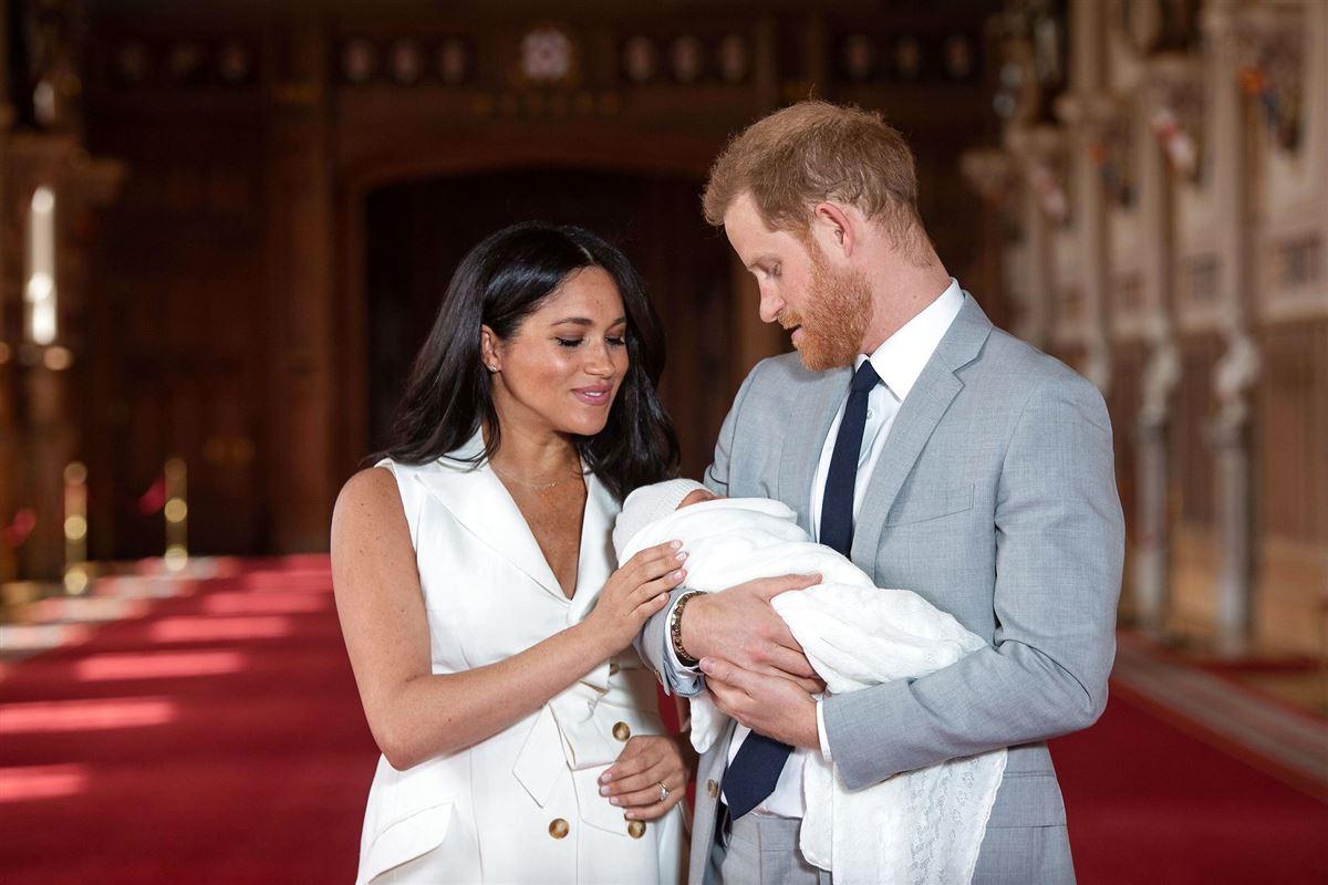 Meghan Markle og Prins Harry kigger på nyfødte søn Archie