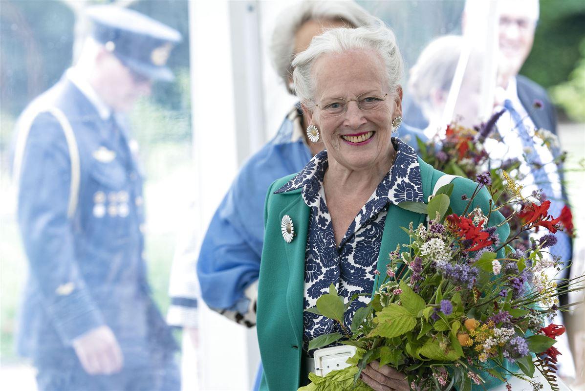 Dronning Margrethe med blomsterbuket i hånden