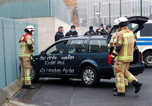 bil er kørt ind i port, redningsmandskab er til stede