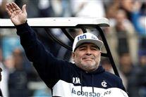 Maradona vinker til fans