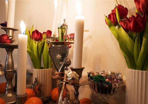 julelys og blomster på bord