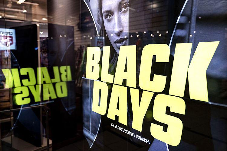 butiksvindue med teksten Black Days med gule bogstaver