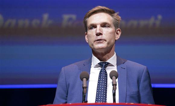 Kristian Thulesen Dahl på talerstolen. Hans ansigt er sammenbidt.