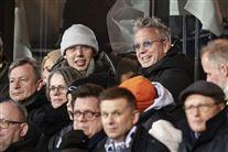 Hugo Helmig på tribunen ved en fodboldkamp sammen med sin berømte far Thomas Helmig.