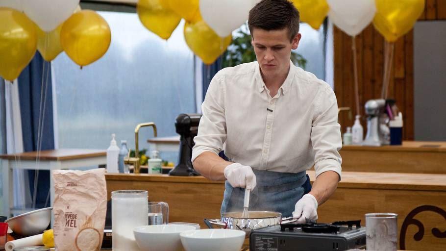 Mads Eg Andersen bager kager i teltet med gummihandsker på