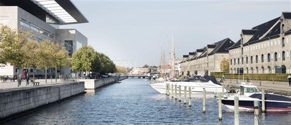 En kanal med pakhuse på den ene side og Operaen på den andenn