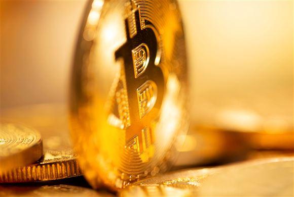 En skinnende mønt med symbolet for Bitcoin på sig - et B med to streger igennem.