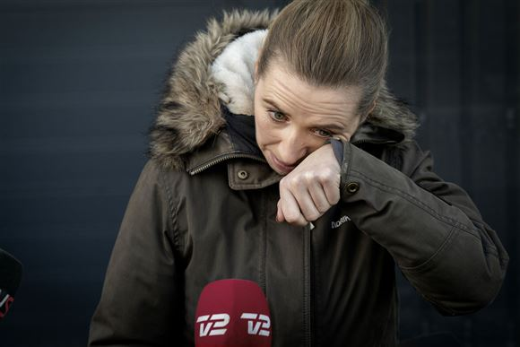 Mette Frederiksen tørrer en tåre væk fra øjnene