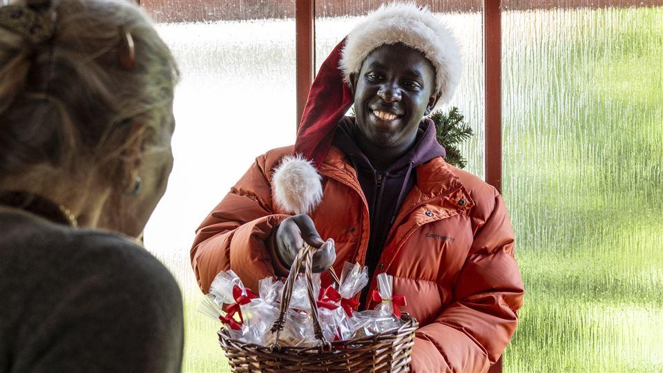 En sort mand i julekostume