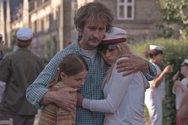 Lars brygmann holder om to børn