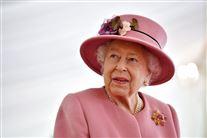 dronning elizabeth med pink jakke og pink hat