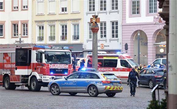 udrykningskøretøjer på gaden