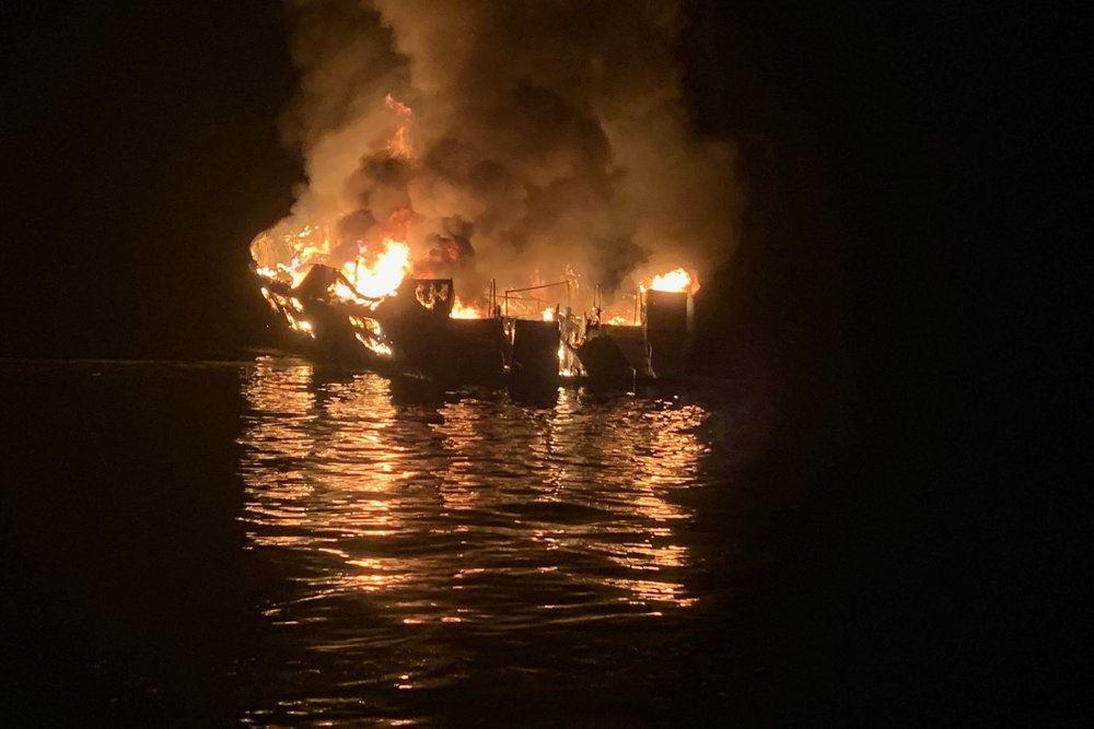 En brændende båd på vandet