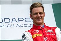 En smilende ung racerkører.