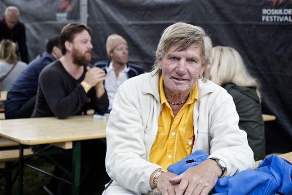 Troels Kløvedal i gul skjorte og hvis blazer.