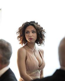 En smuk storbarmet brunette