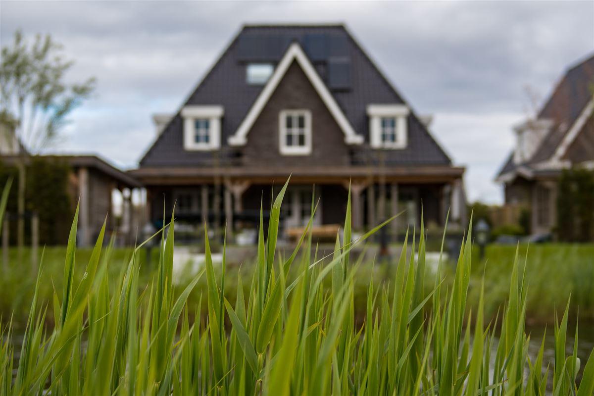 Sommerhus med græs i forgrunden.